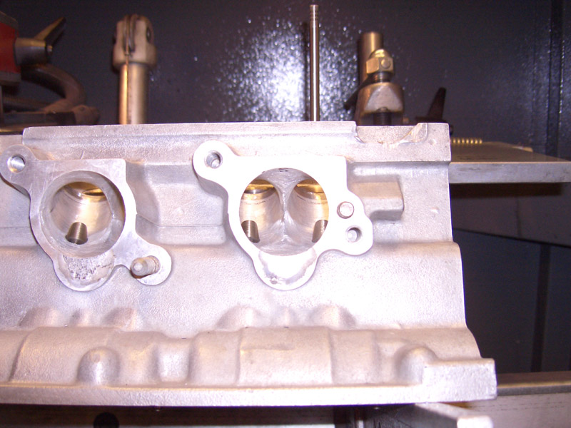 Picture up the inlet-ports, enginebuilder turned some conical inlet-valve guides